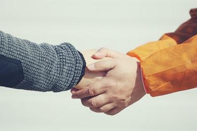 手を取り合い協力する人